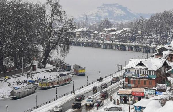 Air traffic remains suspended at Srinagar airport for 4th day as snow drapes Valley in white