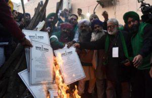 Farmers burn copies of newagriculture laws in Uttar Pradesh