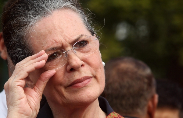Sonia strikes balancing actbefore all important Congress presidential poll