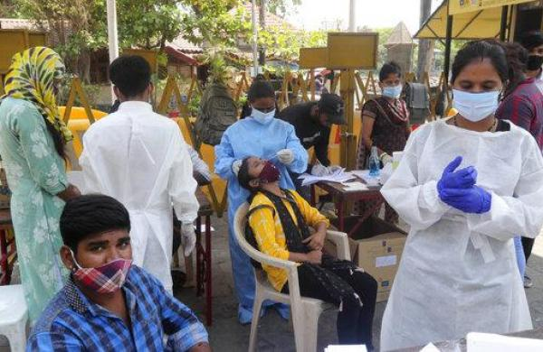 COVID-19: Uddhav urges PM to open vaccination for people above 25 years; fruit vendors, security services exempted in Maharashtra lockdown rules