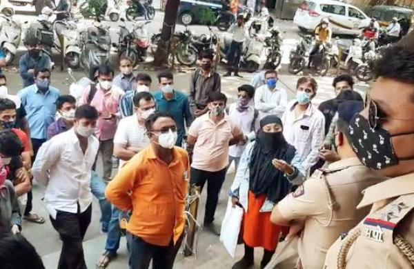 Huge crowd at Pune's APMC market despite surge in COVID-19 cases