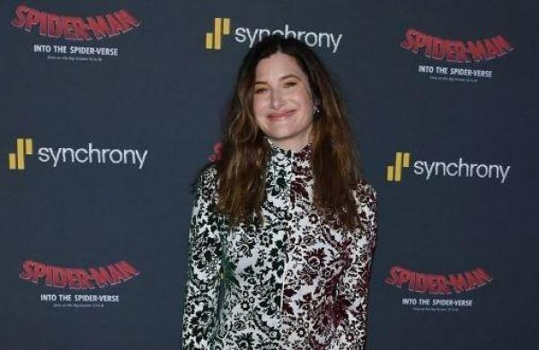Kathryn Hahn boards Knives Out sequel