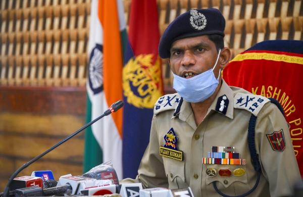 Senior Kashmir police officer warns militants against targeting off-duty cops, civilians