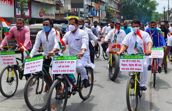 Congressleaders stage'cycle morcha' in Nagpur overprice hike ofessential commodities