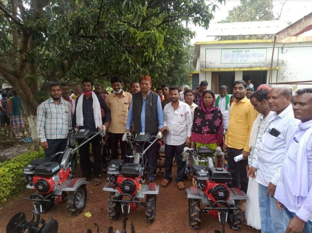 नारायपुर विधायक ने कृषको को पावर विडर वितरण किया।