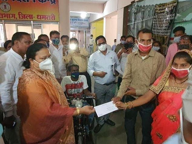 श्रीमती भेंड़िया ने दिव्यांग दम्पतियों को प्रदान की 50 हजार रूपए की विवाह प्रोत्साहन राशि