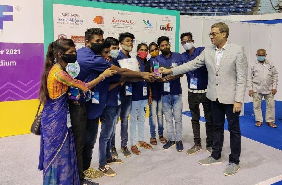 बस्तर को मिला द मोस्ट प्रॉमिसिंग न्यू डेस्टिनेशन का अवार्ड , कोलकाता में आयोजित देश के सबसे बड़े टूरिज्म फेयर में बस्तर के पर्यटन स्थल बने आकर्षण का केन्द्र