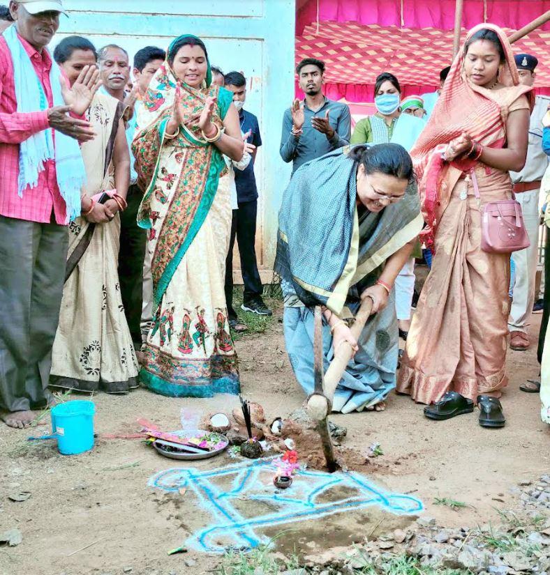 मंत्री श्रीमती भेंड़िया योजनाओं की प्रगति जानने  पहुंची ग्रामीणों के बीच: कई गांवों में किया विकास कार्यों का भूमिपूजन