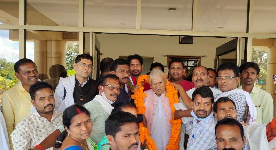सरपंच संघ ने नंद कुमार बघेल से  मुलाकात कर अपनी मांग पत्र  सौपा